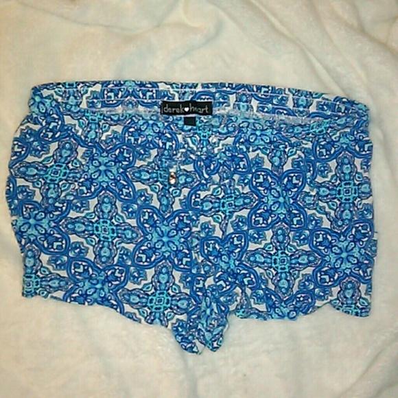 Derek Heart Pants - EUC Derek Heart Floral Print Shorts size Medium 💥